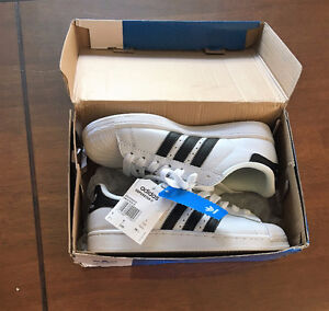 Soulier Adidas Superstar, neuf pour fille encore dans la boite