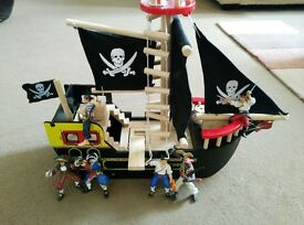 Wooden pirate boat with six pirate figures