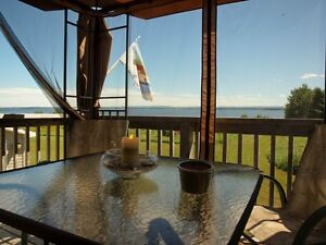 """""""PERIWINKLE COTTAGE """" Year round rental (waterfront,hot tub)"""