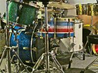 Cherche vieux drums, cymbales et hardware.