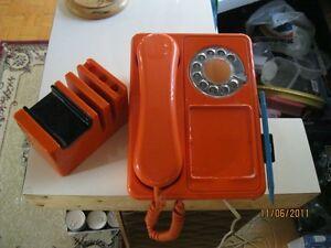 Téléphone vintage orange des années 70 + porte crayon avec music