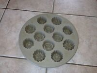 PAMPERED CHEF SILICONE FLORAL CUPCAKE BAKING TRAY
