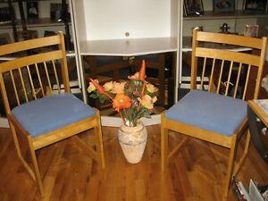 PRIX SPÉCIAL Set de cuisine: 4 chaises rembourrées bleues+1 pan.