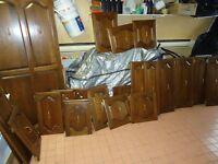 Portes d'armoires en bois massif pour cuisine en très bon état.