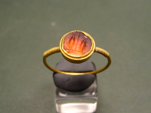 ROMAN GOLD & CARNELIAN RING ENGRAVED WITH TWO FISH IMAGE 200-400 AD