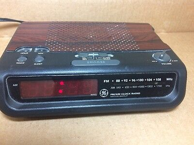 Vintage Retro GE 7-4613B Wood Grain FM AM Alarm Clock Radio w/ Battery Backup