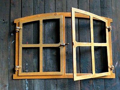 Eisenfenster mit Doppelflügel zum Öffnen, antik-ländliches Fenster Gartenmauer