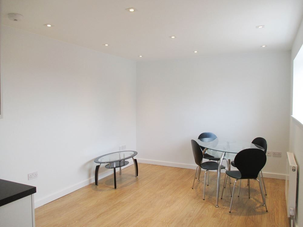 NEWLY REFURBISHED 2 DOUBLE BEDROOM GARDEN FLAT WITH EN-SUITE NEAR TRAIN, NIGHT TUBE & 24 HOUR BUSES