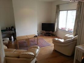 **Spacious 3 bedroom flat minutes from EAST FINCHLEY STATION with a garden available! **