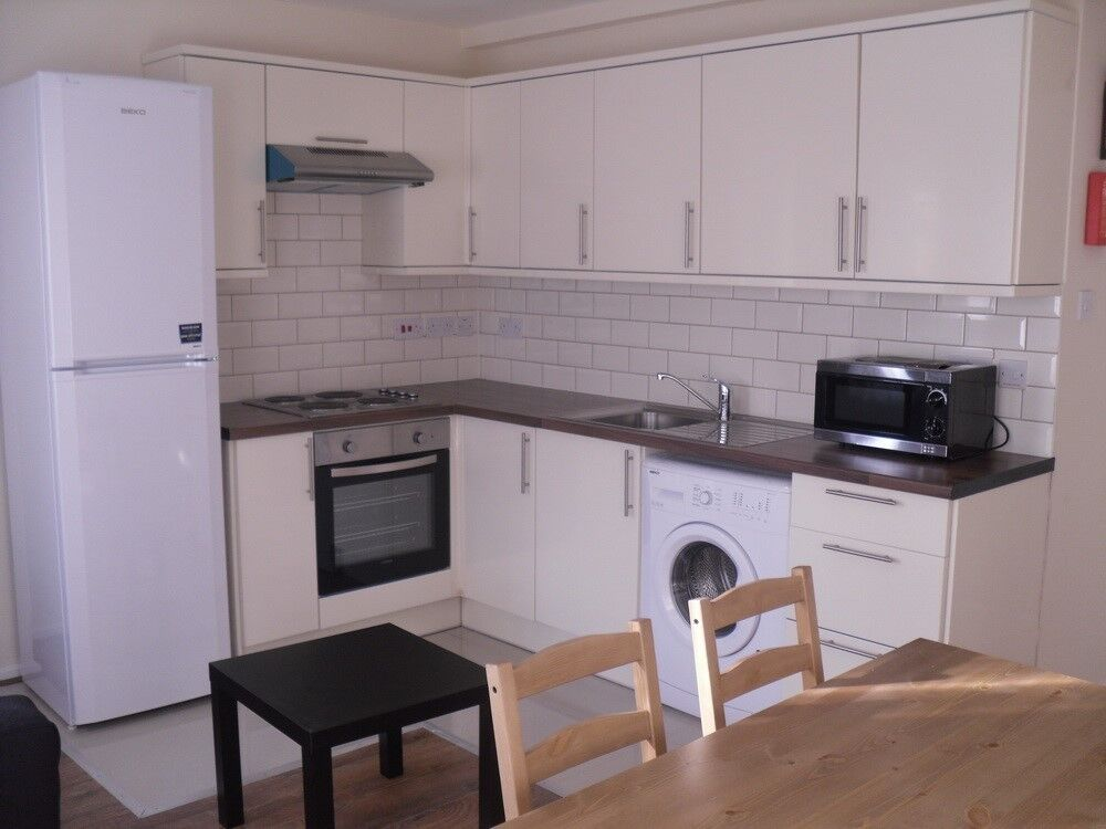 STUDENTS - 4 BEDROOM FLAT LOCATED A FEW MINUTES WALK TO KENNINGTON STATION OFFERED FURNISHED- SE17