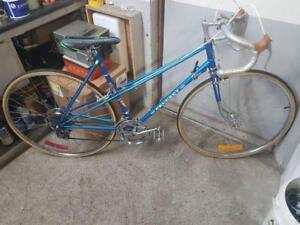 Vélo de course Peugeot bleu 10 vitesses roues 27po cadre 20.5po