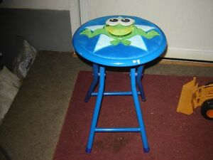 LITTLE BLUE METAL STOOL WITH FROG ON TOP/TOYS