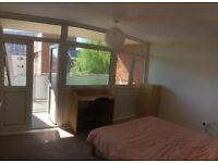 Large double room - 2 available in shared flat, Redcliffe, everything included