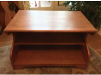 1950s STYLE TV STAND / COFFEE TABLE, SOLIDLY MADE WOOD VENEER, LIGHT USE