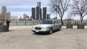 2-1993 Lincoln town cars SUPER LOW KMS!!!! CHEAP!
