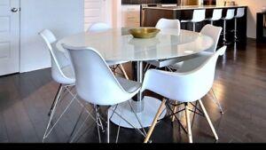 Table en verre et chaises Eiffel