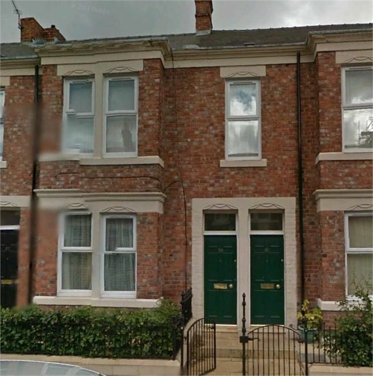 3 BEDROOMED UPPER FLAT STIUATED IN WINDSOR AVENUE BENSHAM
