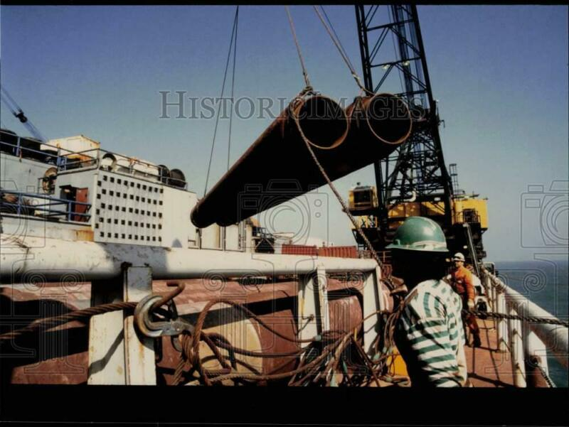 Press Photo Semac 1 Crane Transfers Pipe to Barge for Laying, South China Sea
