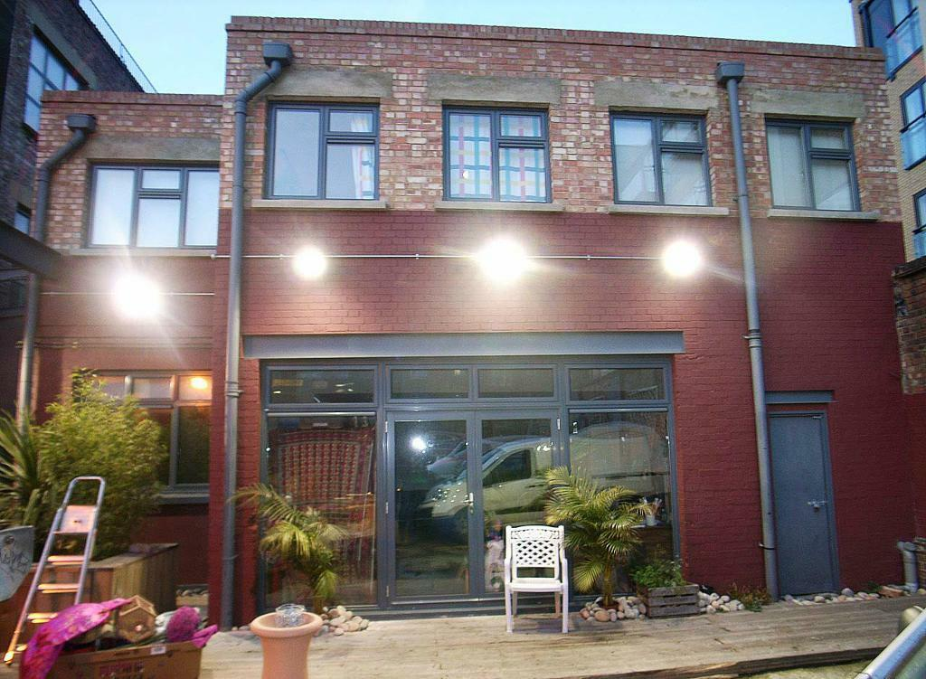 Massive 2 Bed Warehouse Apartment Flat Studio with Outside space! HUGE Lounge/Art Studio
