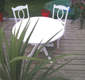 JOLIE TABLE RONDE EN BOIS BLANCHE CHIC+ 2 CHAISES 42 pcs