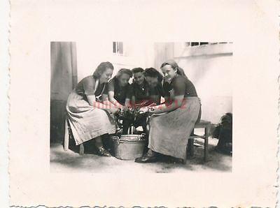 Foto, weibl. Arbeitsdienst, Pommerzig 1940, Kartoffeln schälen (N)19227 online kaufen