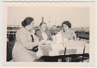 (F24454) Orig. Foto Gehlsdorf (Rostock), Damen an Kaffeetafel im Freien 1939