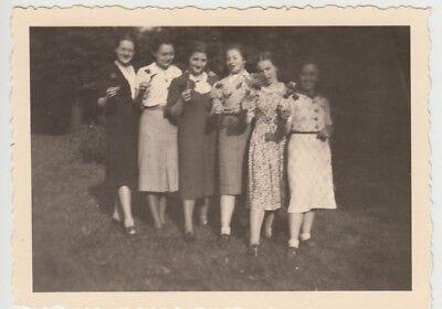 (F28150) Orig. Foto junge Damen mit Blumen im Freien 1941