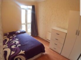 Double room available in a modern house near MILE END STATION.