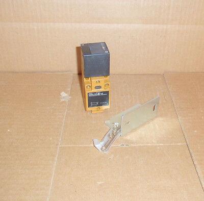 E3n2-50l4-us Omron New Photoelectric Sensor Switch E3n250l4us