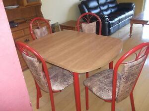 table et 4 chaises rembourrées West Island Greater Montréal image 2