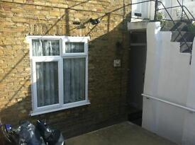 ATTRACTIVE MODERN 1 BED UNFURNISHED FLAT WITH PRIVATE ENTRANCE, GARDEN & DRIVE, CLOSE TO CROYDON BR