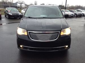 2012 Chrysler Town & Country STOW N' GO MAGS TOIT TV/DVD West Island Greater Montréal image 2