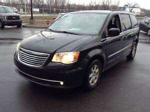 2012 Chrysler Town & Country STOW N' GO MAGS TOIT TV/DVD West Island Greater Montréal image 1