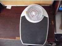 EKS bathroom scales for family use with coloured indicators in great order