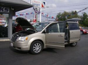 2009 Chrysler Town & Country DYNAMITE VAN !! WITH STOW AND GO !!