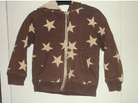 Mini-Boden boy's shaggy lined hoody. Age 3-4 years. Brown with big beige stars. Good condition.