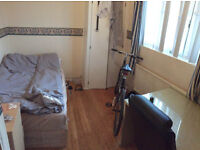 Double room for single person avaialble in flat, 3min walk to Hammersmith Station