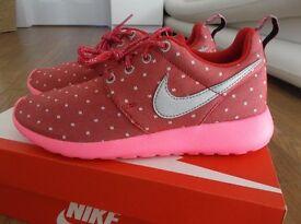 BNIB Womens/Girls Nike Roshe Run trainers Dark Red, White & Pink Size 3.5