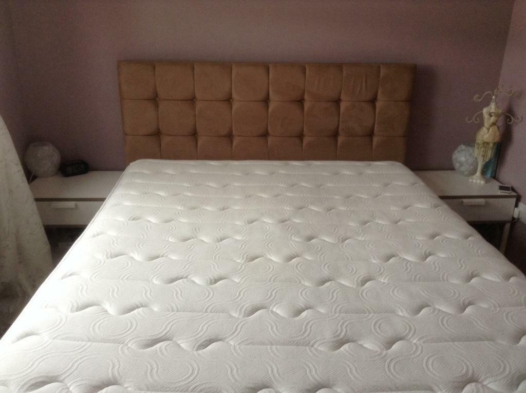 Queen sized divan bed with matching headboard and pillow for Divan queen size bed