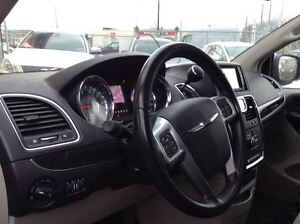 2012 Chrysler Town & Country STOW N' GO MAGS TOIT TV/DVD West Island Greater Montréal image 6