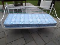PRETTY WHITE METAL DAY BED WITH TRUNDLE & MATTRESS