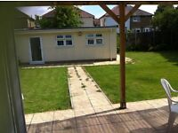A modern large single room with double bed in a newly refurbished house in QUEENSBURY (4th zone)
