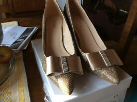 Nine West women's size 8 gold shoes