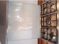 Large clear glass cooker splashback.