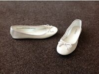 Ladies beige flat shoes - worn once - size 6