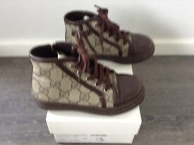 Size 26 kids brown GUCCI boots. Great condition