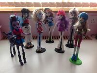 14 MONSTER HIGH DOLLS WITH STANDS