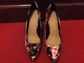 Loverly pair of floral high heels size 8 new