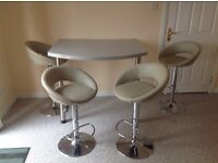 Breakfast bar and 4 stools. Very good condition.