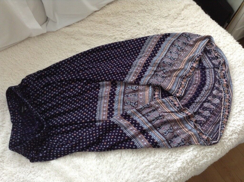 Womens size 10 skirt navy and pattern